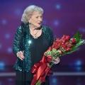 Betty White se ovación de pie para la elección icono de la concesión de la gente a los 93! El legendario comediante acompañó en el escenario al estilo américa capitán!
