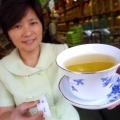 La muchacha adolescente obtiene la hepatitis del té verde en línea