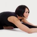 5 asanas del yoga efectiva para períodos