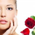 Los remedios del acné con agua de rosas