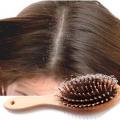 Cómo detener la caída del cabello debido a la caspa?