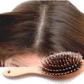 Cómo detener la caída del cabello debido a la caspa