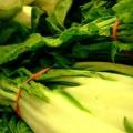 Greens marchitas con semillas de sésamo tostadas y mango