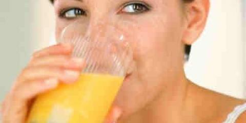 Un vaso de jugo de fruta al día no mantiene alejado al médico
